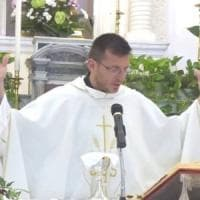 """Ischia, parroco confessa: """"Ho una relazione"""". Il vescovo lo sospende"""