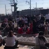 Scomparsi in Messico, familiari occupano i binari della Stazione: tensioni con la polizia