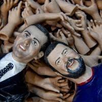 Manovra, la 'manina' di Di Maio diventa un gadget sui presepi a Napoli
