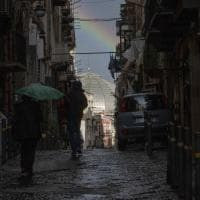 L'arcobaleno tra i palazzi, spettacolo a Napoli dopo il maltempo