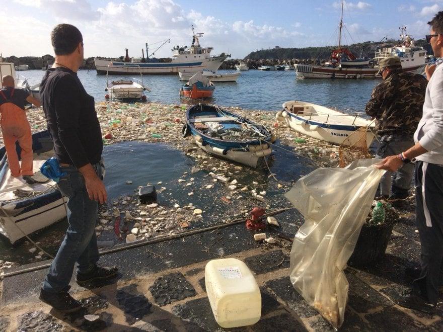 Procida, pescatori e cittadini ripuliscono il mare invaso dalla plastica