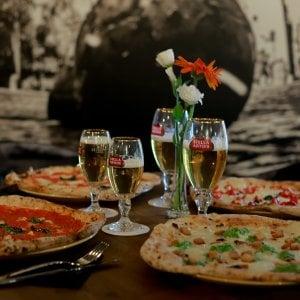 """Napoli, ecco la pizzeria con il tavolo """"social"""": 12 posti per far conoscere le persone"""