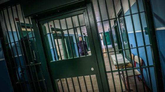 Detenuti 'alta sicurezza' con cellulare in cella a Napoli