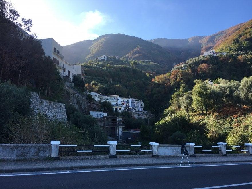 Castellammare, villa abusiva sul greto di un fiume