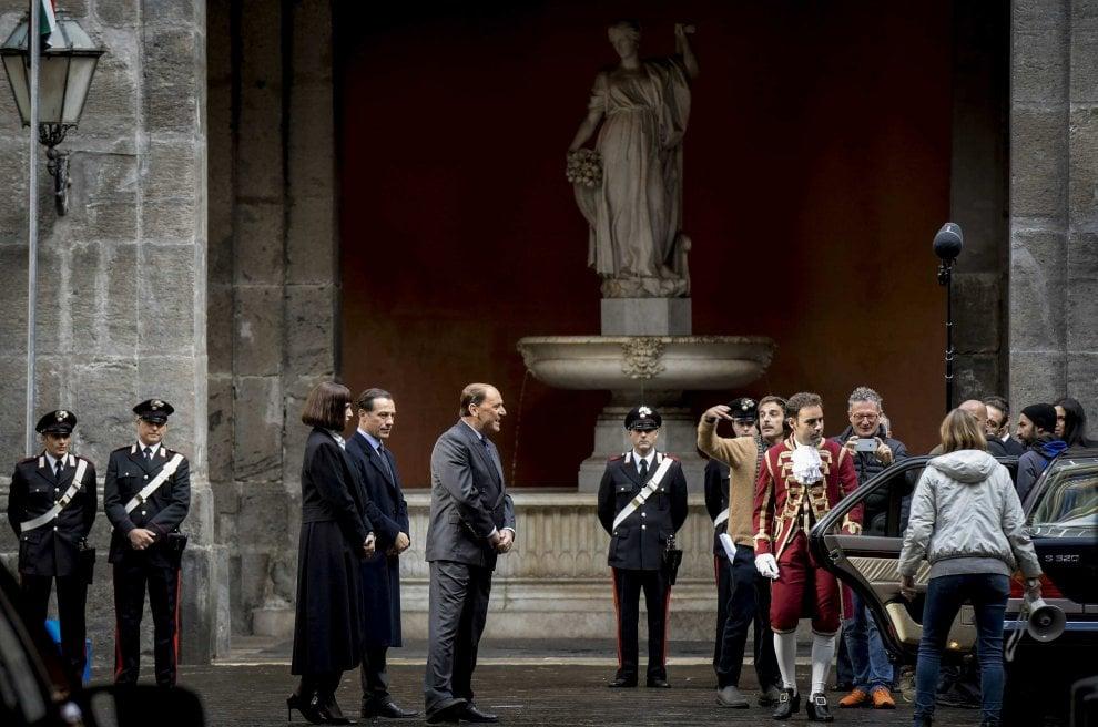 Berlusconi riceve l'avviso di garanzia a Napoli: scena clou della fiction di Stefano Accorsi a palazzo Reale