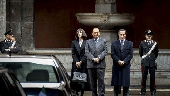 """La fiction su Berlusconi a Napoli, il ricordo di Bassolino: """"Quel giorno che lui seppe dell'avviso di garanzia ero seduto  accanto a lui"""""""