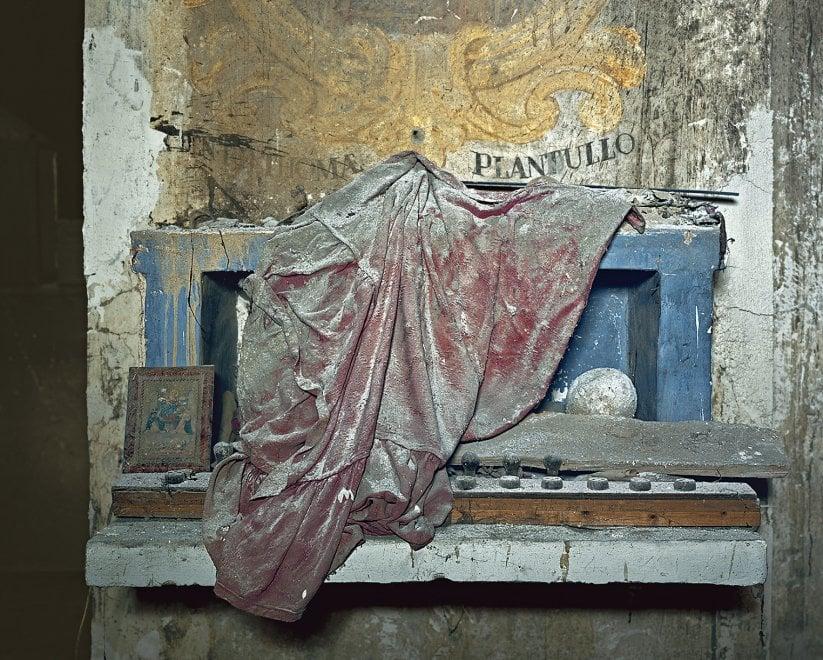 """""""Devotion Abandoned"""", il fascino decadente delle chiese abbandonate nella mostra di Polidori allo Studio Trisorio"""
