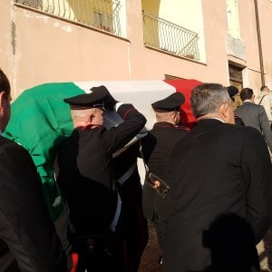 """Caserta, carabiniere morto, folla ai funerali, il sacerdote: """"Ormai la vita vale meno di pochi spiccioli"""""""