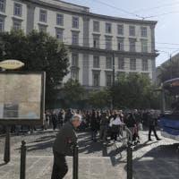 Proteste per la scuola chiusa da due settimane, tafferugli in piazza Carlo III