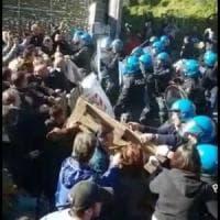Sgombero ai Camaldolilli, alta tensione con le forze dell'ordine