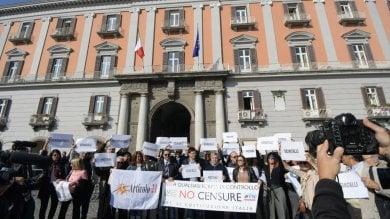 Libertà di stampa, flash mob dei giornalisti campani davanti alla Prefettura  foto