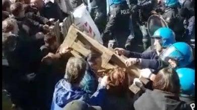 Sgombero ai Camaldolilli    alta tensione con le forze dell'ordine    video