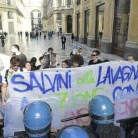 Napoli, manifestanti contro Salvini bloccati dalla polizia in Galleria Umberto