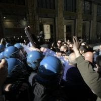 Salvini a Napoli, tensione in Galleria Umberto  tra polizia e manifestanti: un 15enne...