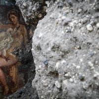 """Leda e il rapporto sessuale con il cigno-Zeus: a Pompei affiora un """"affresco unico ed..."""