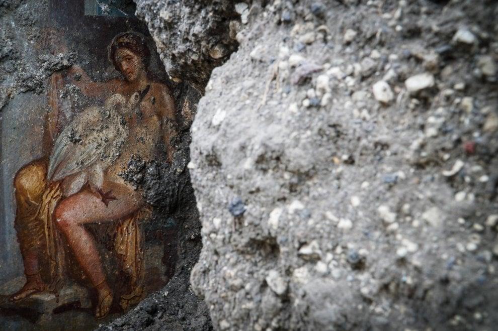 """Leda e il rapporto sessuale con il cigno-Zeus: a Pompei affiora un """"affresco unico ed eccezionale"""""""