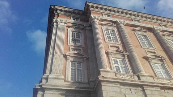 Maltempo, pezzo di un capitello cade dalla facciata della Reggia di Caserta