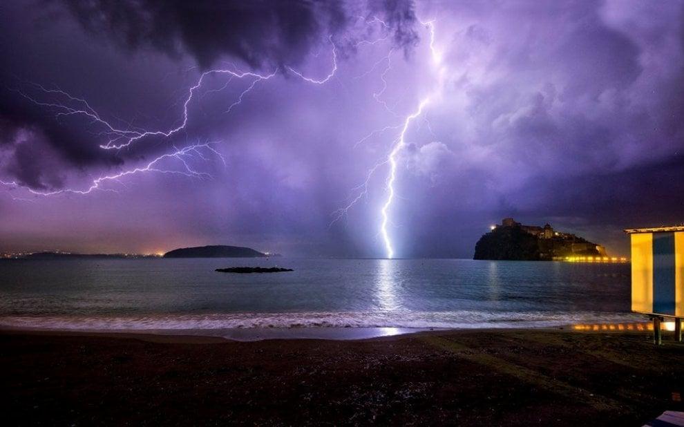 Ischia, tempesta di fulmini sul mare: lo scatto è perfetto