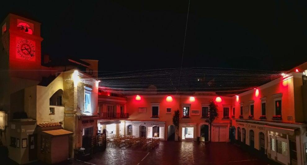 Capri, la piazzetta si tinge di rosso contro la violenza sulle donne