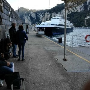 Capri, incidente nel porto: catamarano urta contro la banchina