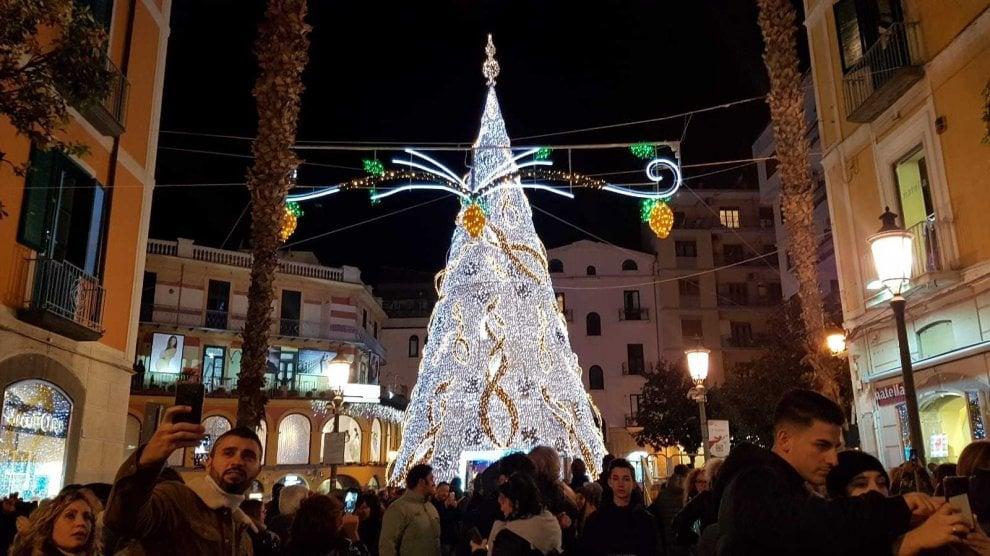 S'accende l'Albero luminoso di Salerno