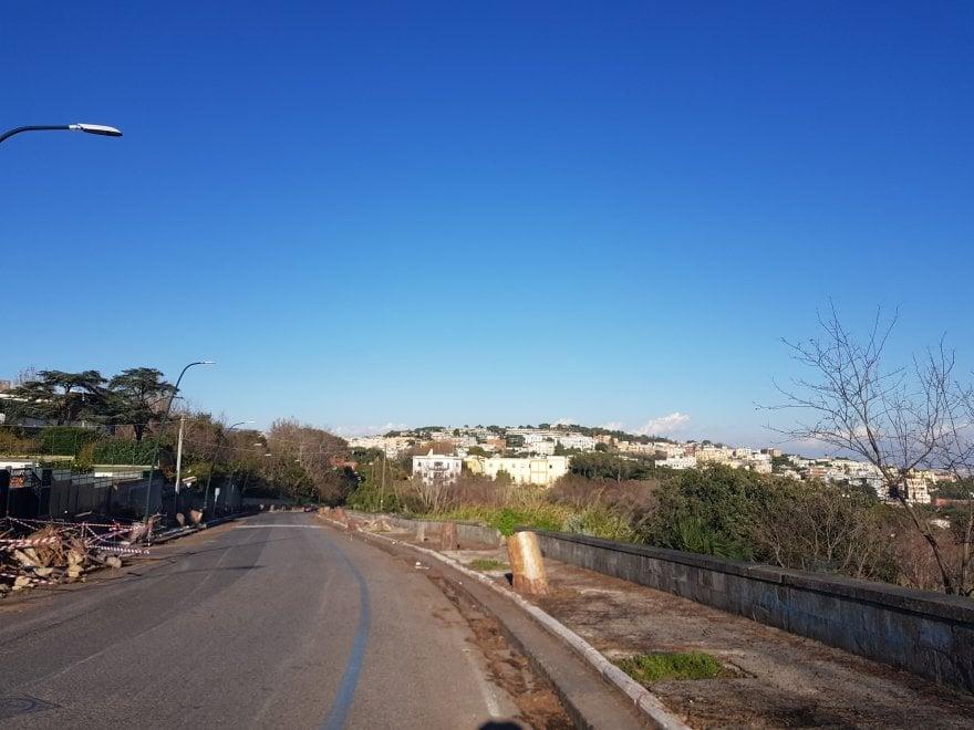 La collina di Posillipo senza pini: cartolina con cemento