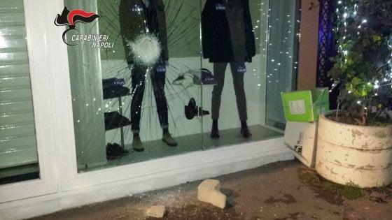 San Giuseppe Vesuviano: sfonda vetrina di un negozio per rubare l'abbigliamento esposto