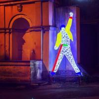 A Pellezzano omaggio a Freddie Mercury con una scultura luminosa