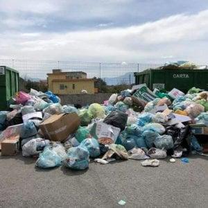 Torre del Greco, pale meccaniche per rimuovere i rifiuti per strada