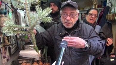 Furto albero di Natale in Galleria a Napoli, la rabbia dei negozianti dei Quartieri  video