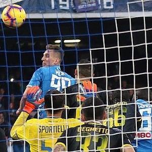 Napoli, goleada al Frosinone per restare in corsa scudetto