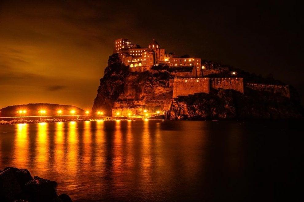 Ischia Il Castello Aragonese Illuminato Come Un Presepe Per Le