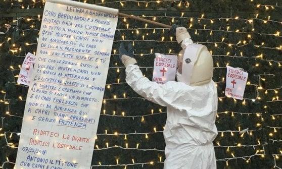 Capri tra malasanità e ironia: in tuta spaziale verso l'albero di Natale, la protesta diventa virale