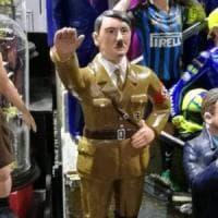 Napoli, un artigiano realizza la statuina di Hitler e Mussolini per il presepe