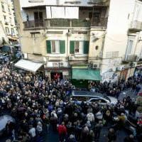 Napoli, folla ai funerali di Antonio, il commerciante stroncato da infarto durante una rapina