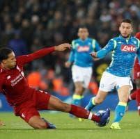 Napoli, il fallo da espulsione contro Mertens, l'arbitro grazia il Liverpool