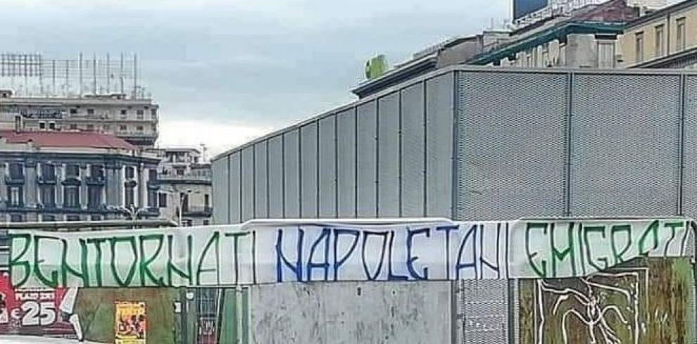 Striscione di benvenuto agli emigranti all'esterno della stazione di Napoli Centrale