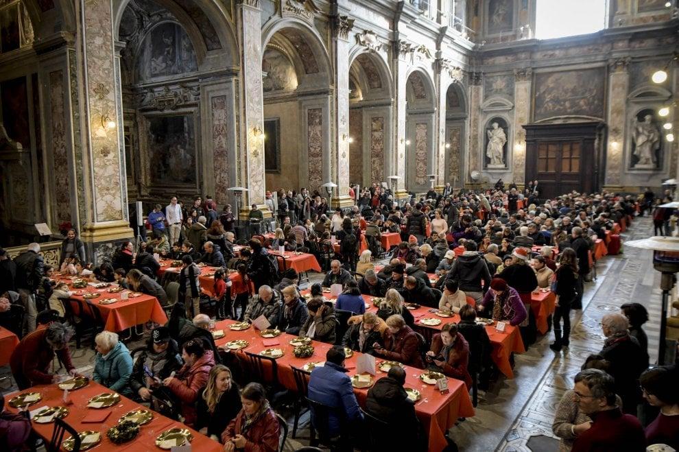 Napoli, il pranzo di Natale per i poveri della Comunità di Sant'Egidio, in 400 assistiti da 300 volontari. Ha partecipato anche il cardinale Sepe