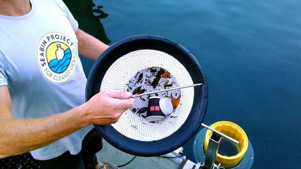 """Ischia, il bidone raccogli-rifiuti regalo dei """"Men in Black"""""""