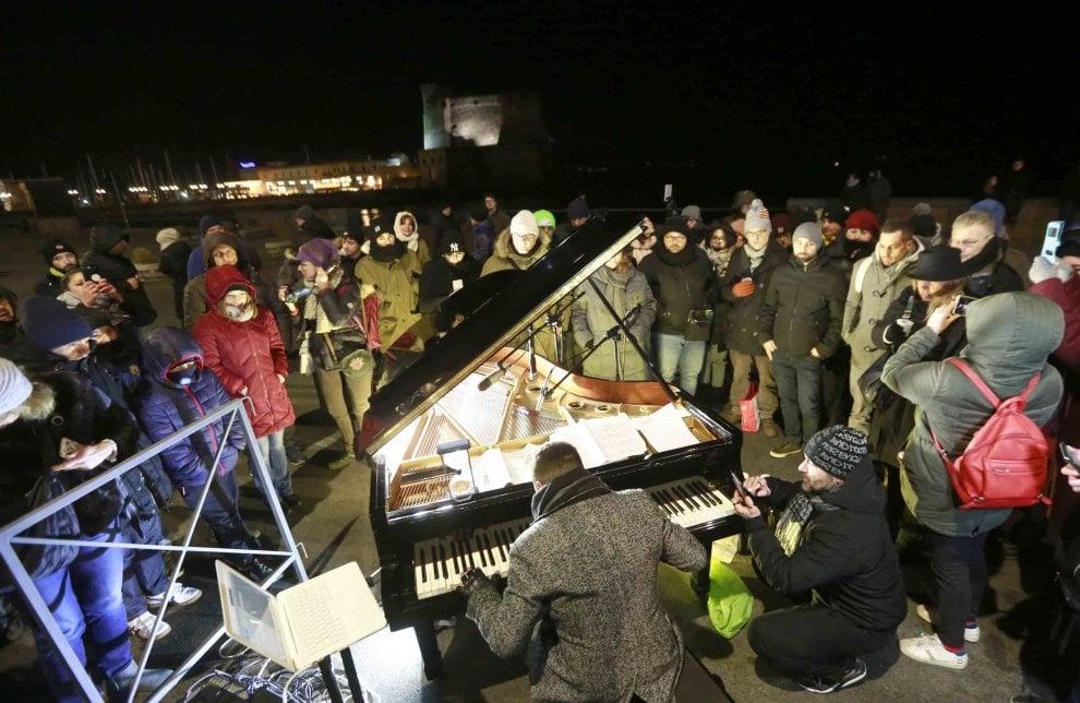 Napoli ricorda Pino Daniele, flash mob in via Partenope