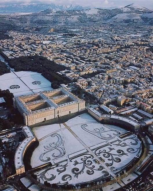 Neve sulla Reggia di Caserta, dall'alto sembra un violino