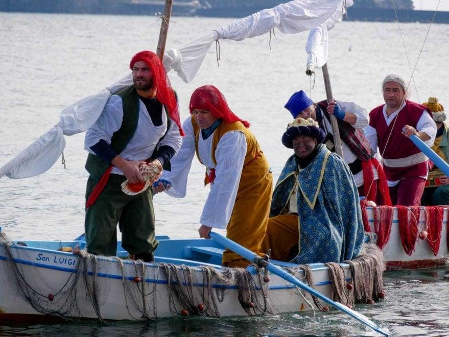 Ischia, la Befana arriva dal mare: i Re Magi scortati dai pescatori