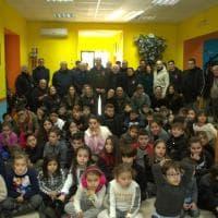 Napoli, la befana distribuisce giocattoli raccolti nelle discoteche
