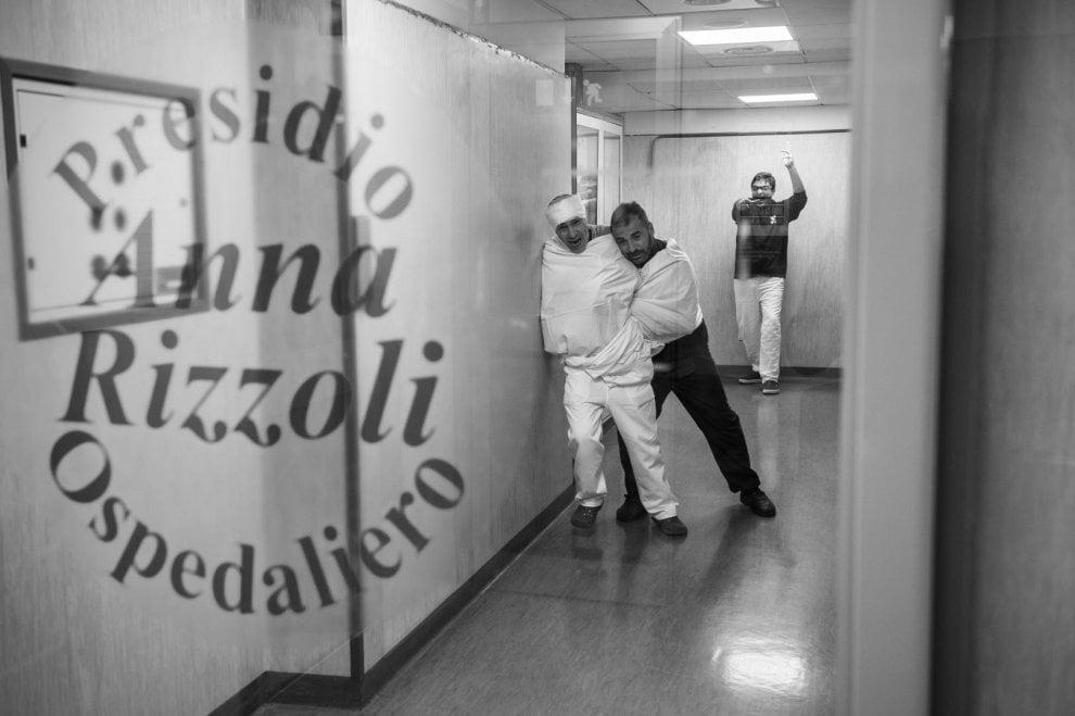 La cabala e l'ospedale: infermieri e medici del Rizzoli in posa con ironia