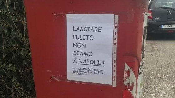 """""""Lasciare pulito, non siamo a Napoli"""", polemiche per cartelli sui cassonetti di Pordenone. De Magistris: """"Rimuoveteli"""""""