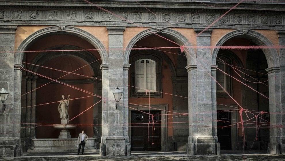 Palazzo Reale, finissage dell'installazione di Ukeda: i lunghi fili diventeranno grovigli rossi