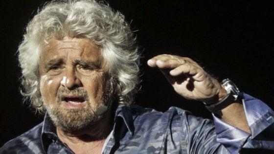 Napoli, Grillo show al Diana: mini-contestazione di ex militanti M5s davanti al teatro