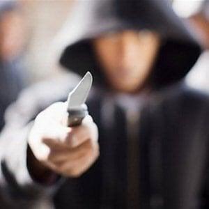 Napoli, rapina 18enne minacciandola con un coltello: arrestato un ventenne