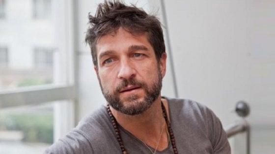 """Edoardo Stoppa di """"Striscia"""" aggredito a Battipaglia, ferito un agente"""