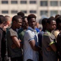 """Migranti, de Magistris sfida il governo: """"I richiedenti asilo nell'elenco temporaneo..."""